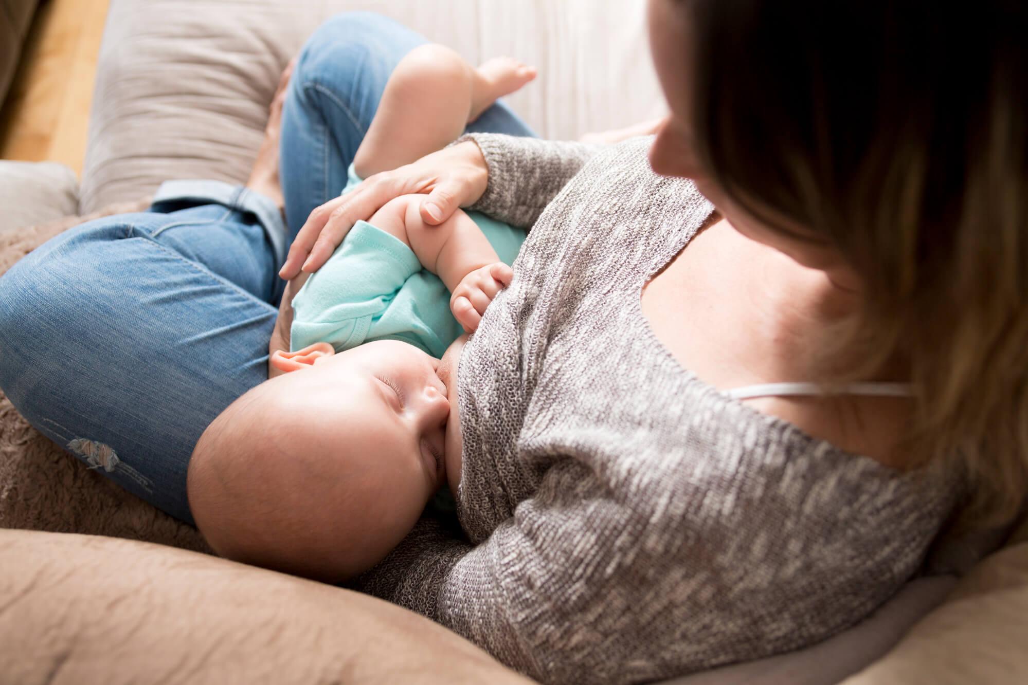 Conheça as vantagens de um travesseiro antirrefluxo para crianças e bebês