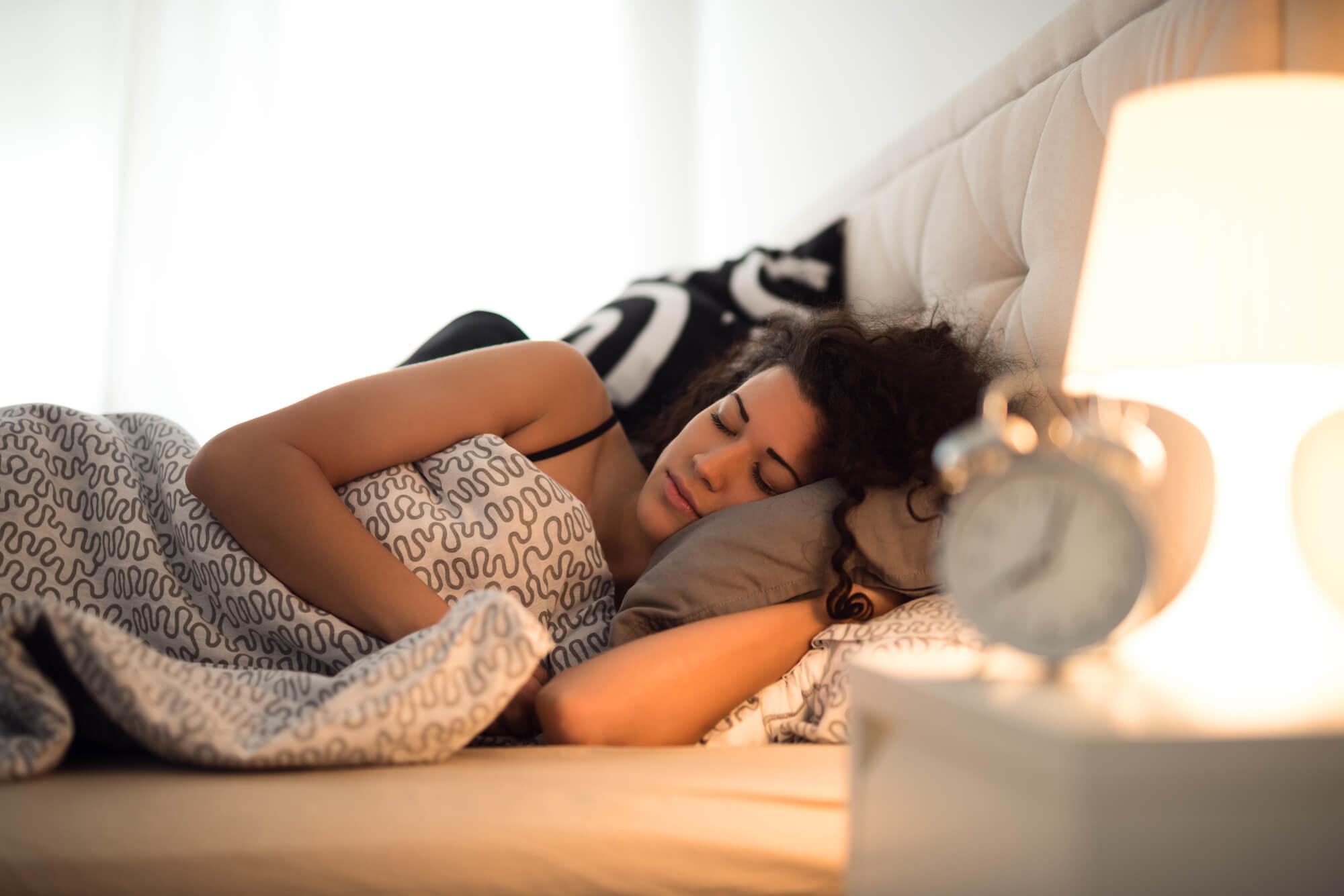 Mulher dormindo muito bem