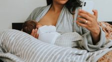 Mãe amamentando seu bebê com almofada para amamentação