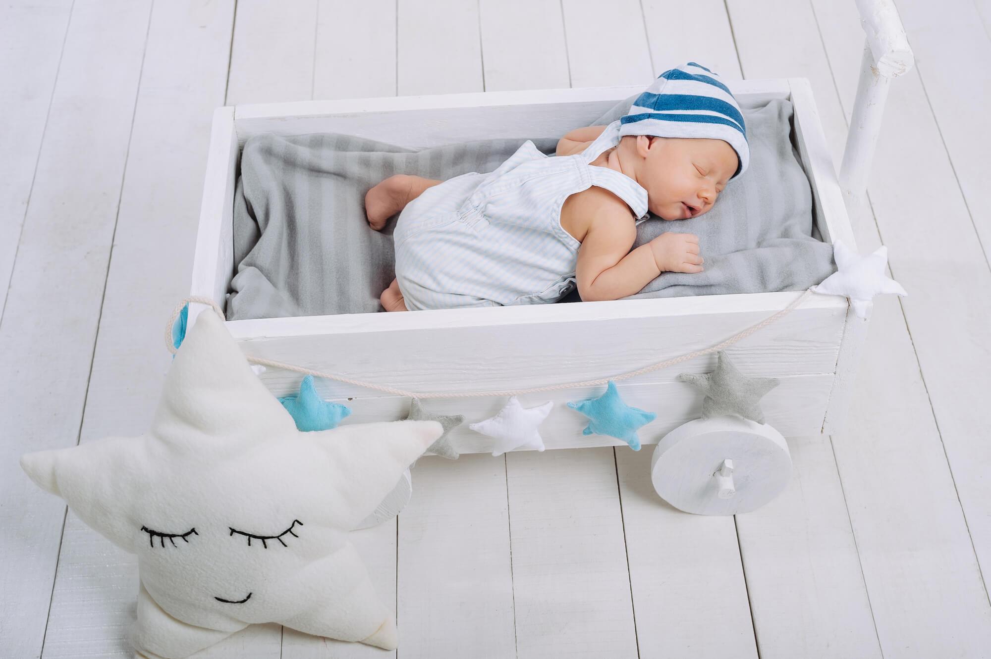 Bebê dormindo num travesseiro para bebê