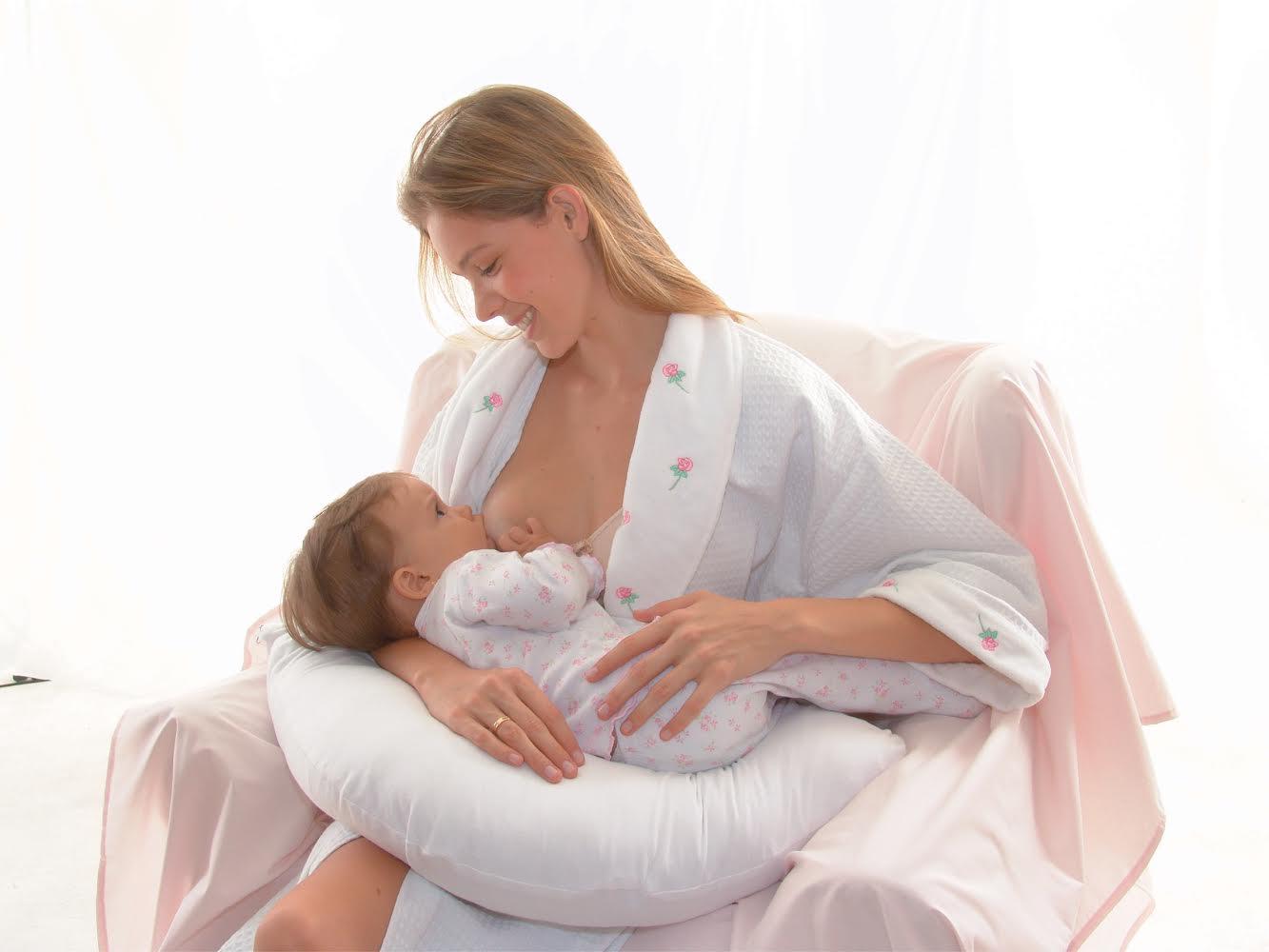 Mulher usando almofada para amamentação