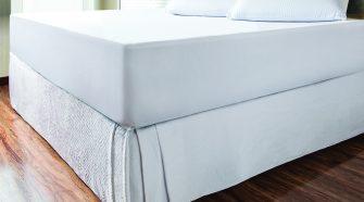 Cama com protetor de colchão impermeável